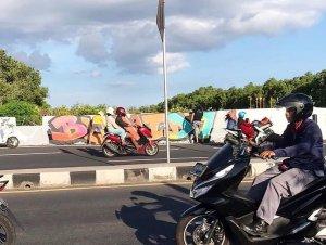 Graffiti plastered on Ngurah Rai Bypass wall – maintenance crew not happy
