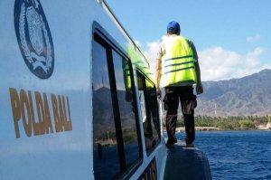 Water police take food aid to Nusa Penida